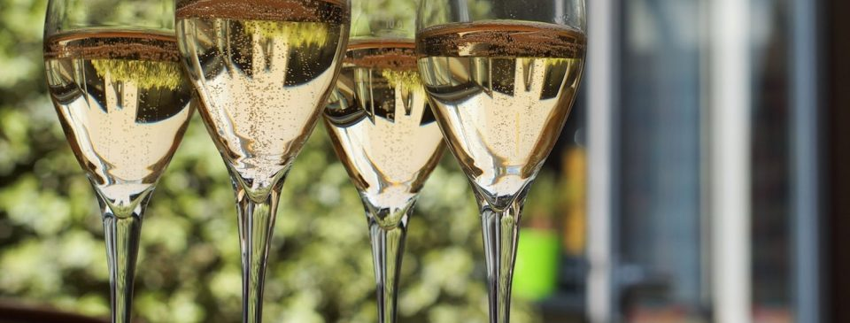 Rượu Champagne là loại vang nổ nổi tiếng