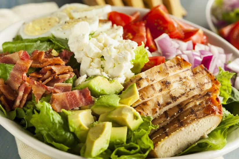 Cobb salad thành phần gồm một ít thịt xông khói, thịt ức gà nướng, một ít xà lách, trứng luộc cùng một ít nước sốt của Pháp.