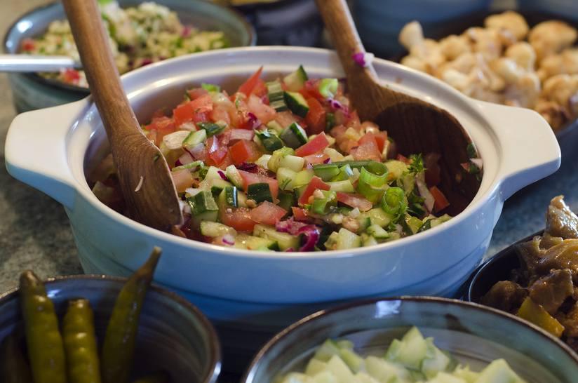 Món salad của người Do Thái này có thể được phục vụ như một món ăn phụ hoặc trong bánh mì. Nó được biết đến là món ăn quốc gia phổ biến nhất ở Israel. Salad được chế biến bằng cách cắt rau thành những miếng nhỏ. Các đầu bếp thậm chí còn cạnh tranh xem ai có thể chặt những miếng nhỏ nhất.