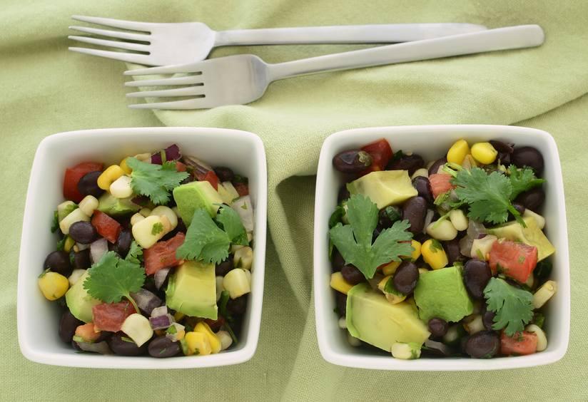 Món salad đa năng này có thể được phục vụ riêng, dùng để nhúng, hoặc nấu cho món tostadas. Nó được làm bằng một hỗn hợp đơn giản của bơ, ngô, đậu đen, cà chua và hành tây, nhẹ nhàng và đầy hương vị, hoàn hảo cho những ngày hè ấm áp.