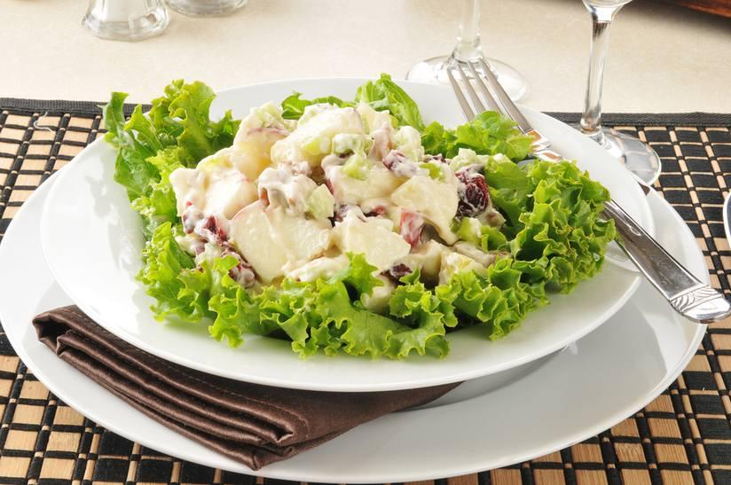 Không giống như nhiều món salad dân dã đặc trưng ở đây, món salad Waldorf được sinh ra trong hoàn cảnh bếp ăn của một khách sạn.