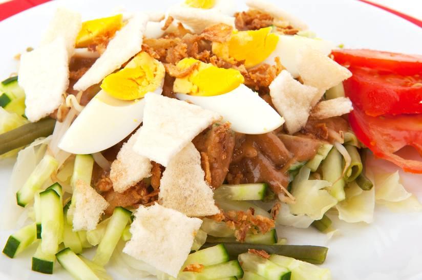 Đó là một món ăn Indonesia được làm từ nhiều nguyên liệu bao gồm khoai tây, đậu que, giá đỗ, rau bina, su su, mướp đắng, ngô và bắp cải, với đậu phụ, tempeh và trứng luộc, tất cả đều được phủ hoàn toàn trong nước sốt đậu phộng .