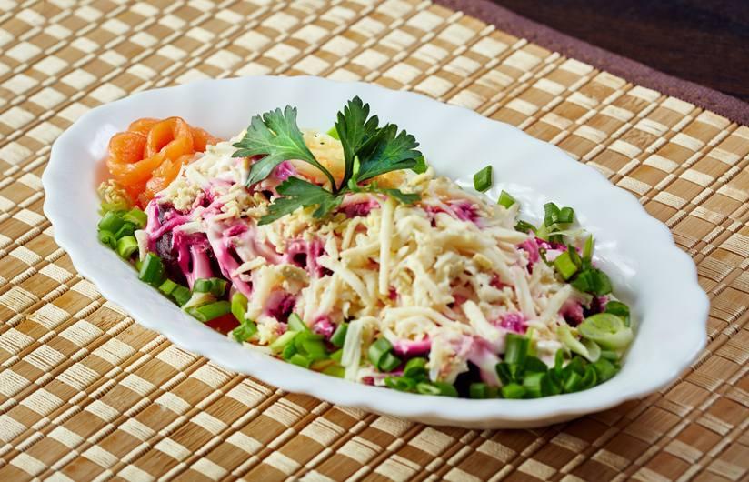 Món salad Nga này theo truyền thống được phục vụ vào các dịp lễ mừng năm mới và lễ Giáng sinh.