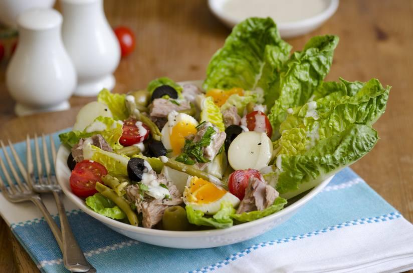Nicoise salad kiểu Pháp này giống như món salad cobb của Mỹ, ngoại trừ nó sử dụng cá ngừ, đậu xanh và khoai tây thay vì thịt gà, thịt xông khói và bơ.