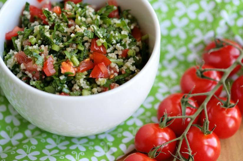"""Tabbouleh là món salad Israel được yêu thích đến nỗi nó đã xuất hiện trên khắp thế giới. Nó phổ biến ở Hoa Kỳ và thậm chí đã trở nên phổ biến ở Cộng hòa Dominica, nơi nó được gọi là """"tipile""""."""